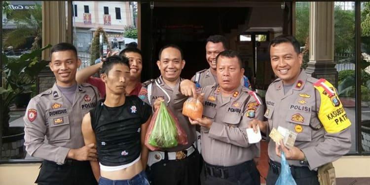Pria ini bawa bakso ke Mapolrestabes Medan.