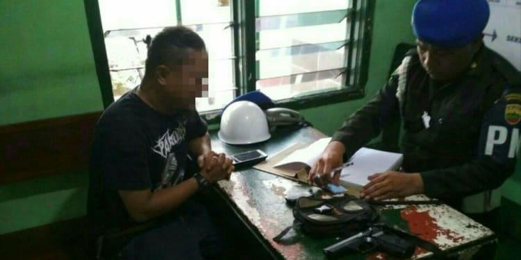 MSS tampak menangis saat diperiksa di Markas Denpom I/1 Siantar, Jalan Diponegoro, Siantar Selatan.