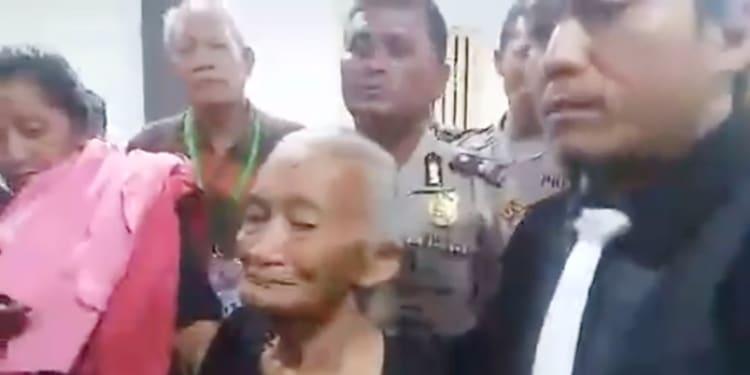 Oppu Linda Sitorus usai menjalani sidang putusan di PN Balige, Senin (29/1/2018)