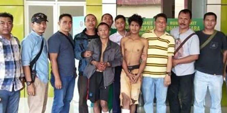 Ilham Suada alias Mada dan Erwin Sastiaji Anggara saat dipaparkan petugas ke wartawan.