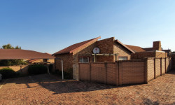 Townhouse For Sale in Kosmosdal, Centurion