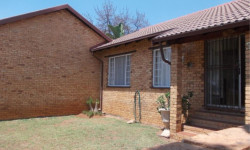 Townhouse To Rent in Safari Gardens, Rustenburg