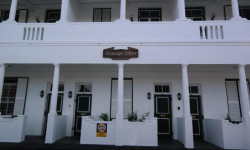 Apartment To Rent in Wynberg, Cape Town