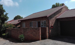 Townhouse To Rent in Weltevredenpark, Roodepoort