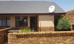 Townhouse To Rent in Bonaero Park, Kempton Park
