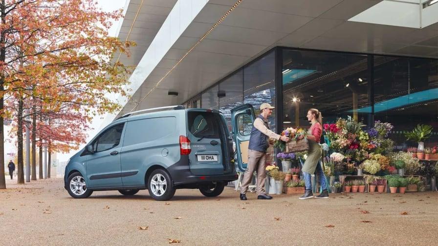 Ford Transit Courier holder parkeret