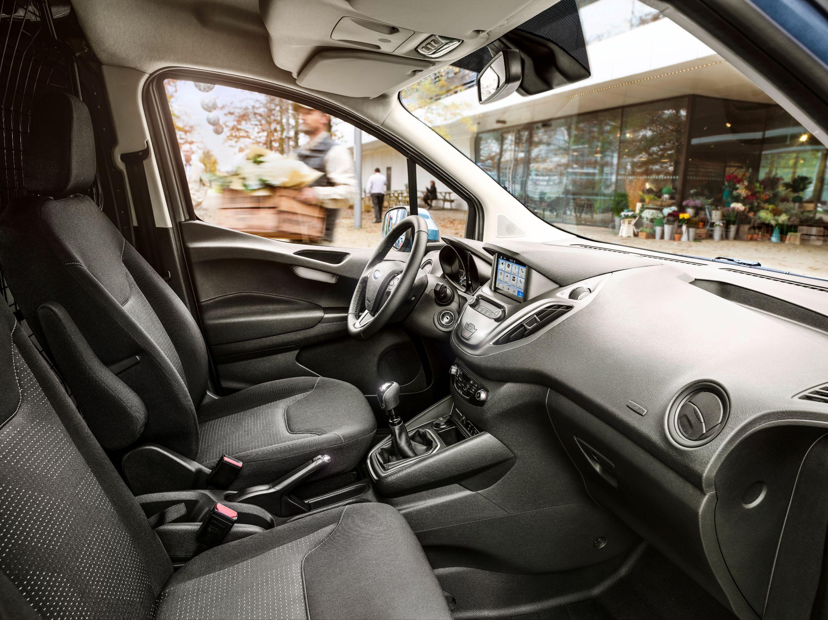 Ford Transit Courier Limited set indefra