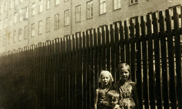 Tre børn foran et plankeværk - 1933