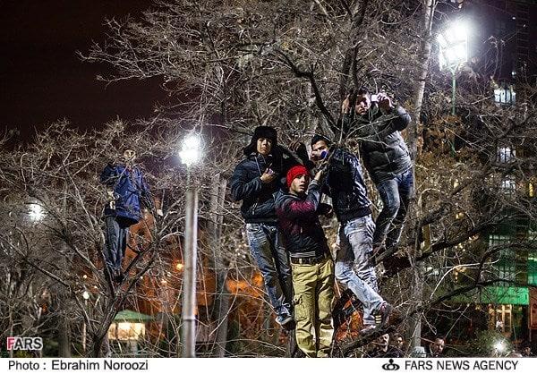 تماشای اعدام دو مجرم توسط مردم در پارک هنرمندان