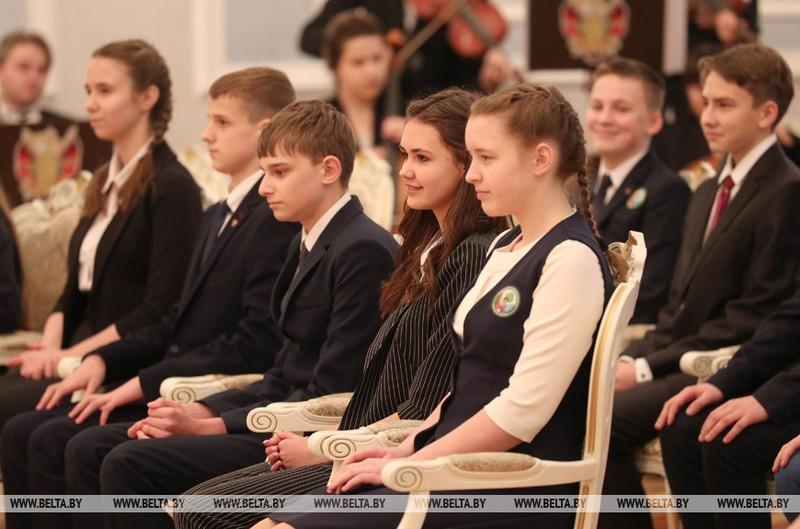 gimnazistke-iz-bobruiska-pasport-vruchil-glava-belorusskogo-gosudarstva-1