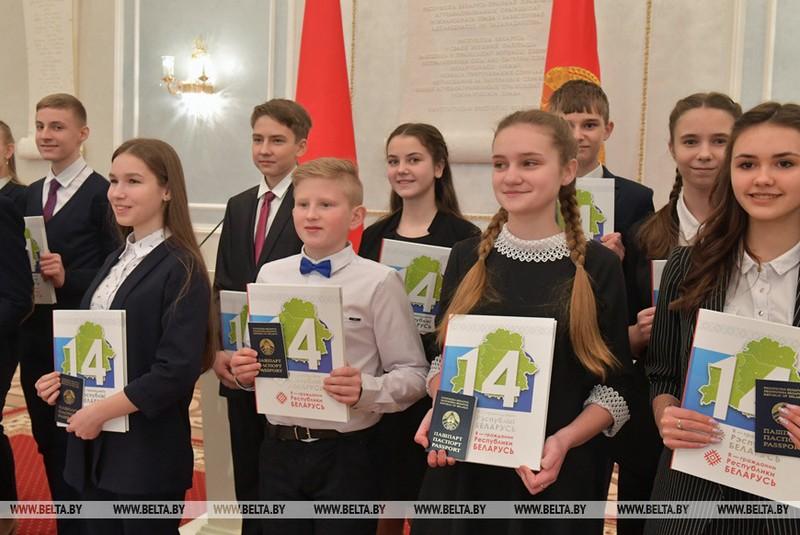 gimnazistke-iz-bobruiska-pasport-vruchil-glava-belorusskogo-gosudarstva-2