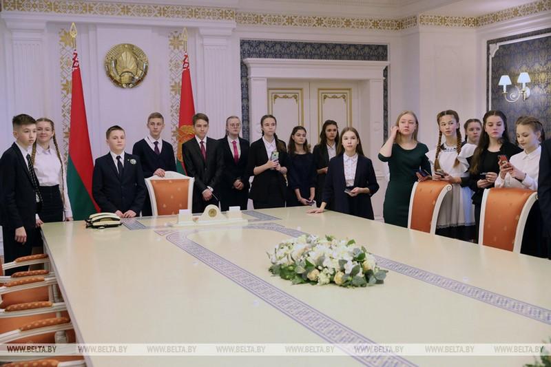 gimnazistke-iz-bobruiska-pasport-vruchil-glava-belorusskogo-gosudarstva-4