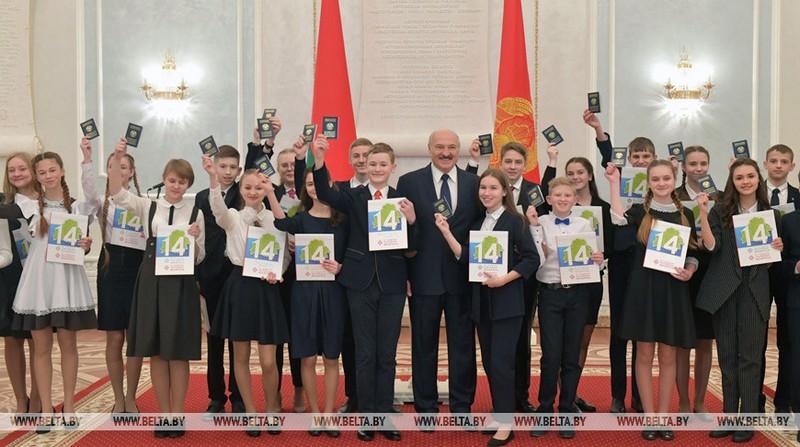gimnazistke-iz-bobruiska-pasport-vruchil-glava-belorusskogo-gosudarstva-5