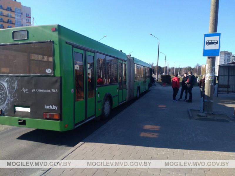 v-bobruiske-voditel-avtobusa-sovershil-naezd-na-6-letnyuyu-devochku
