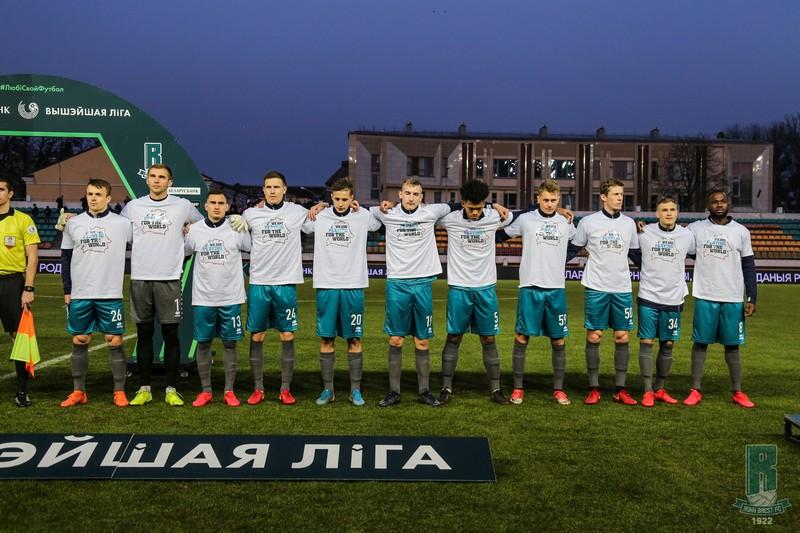 futbolisty-belarusi-vyshli-na-pole-v-maikakh-s-nadpisyu-my-molimsya-za-ves-mir-2