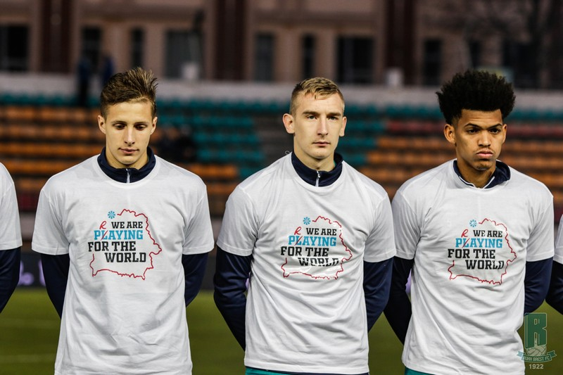 futbolisty-belarusi-vyshli-na-pole-v-maikakh-s-nadpisyu-my-molimsya-za-ves-mir-3