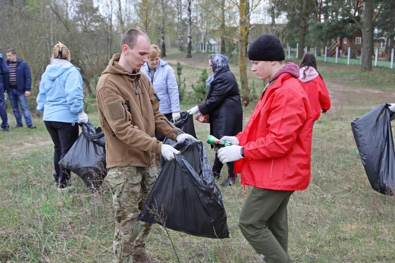 na-subbotnike-bobruiskaya-molodyozh-sdelala-chishe-lukovuyu-goru-5