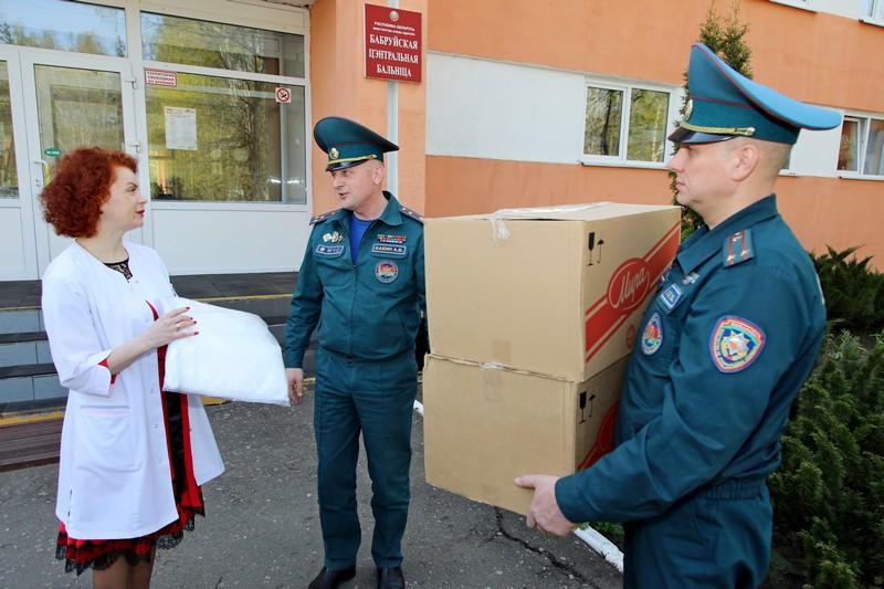 40-zashitnykh-kostyumov-proizvodstva-slavyanki-peredali-bobruiskoi-centralnoi-bolnice-sotrudniki-mchs-3