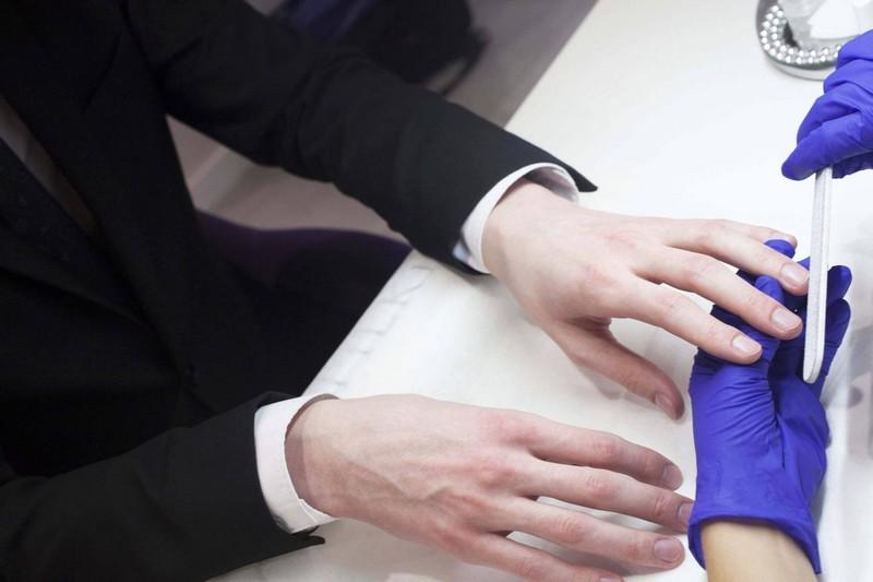 etimi-rukami-kak-zachem-i-gde-delat-muzhskoi-manikyur-1