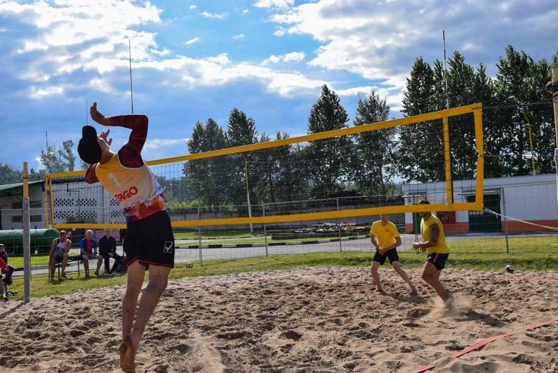 molodyozh-bobruiskogo-predpriyatiya-provela-turnir-po-plyazhnomu-voleibolu-1