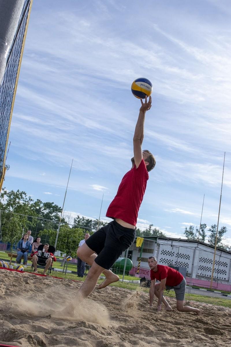molodyozh-bobruiskogo-predpriyatiya-provela-turnir-po-plyazhnomu-voleibolu-4