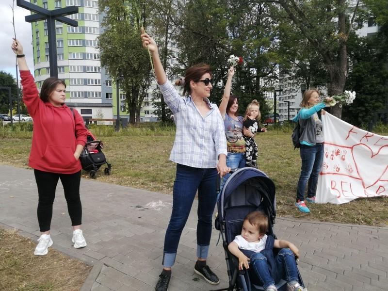 ya-ne-khochu-gulyat-s-rebyonkom-sredi-vooruzhyonnykh-muzhchin-zhenshiny-vykhodyat-na-protesty-s-detmi-7