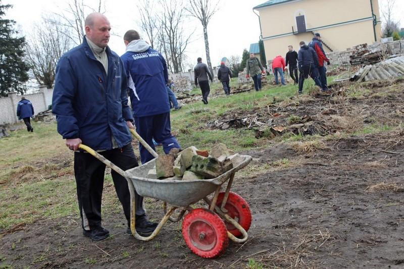 na-subbotnike-gorozhane-ubirali-territoriyu-istoricheskoi-zhemchuzhiny-bobruiska-2