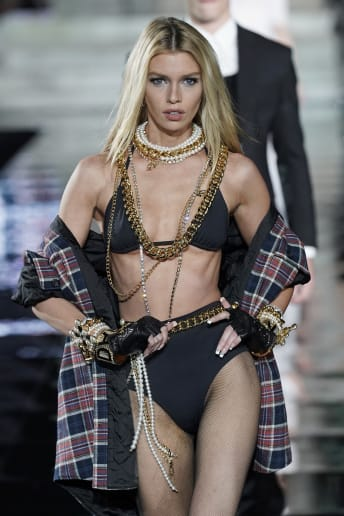 Stella Maxwell - Outfit Sexy Spiaggia Lusso