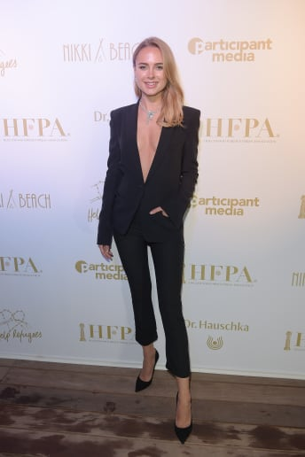 Kimberley Garner - Outfit Chic Cerimonia Fascia Media