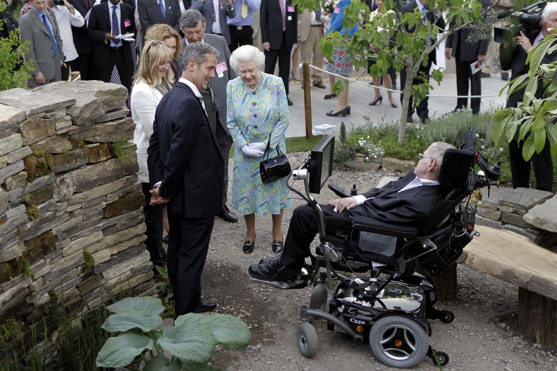 Stephen-Hawking-1-12_mbuuio স্টিফেন হকিং এখন নয় ৩৩ বছর আগেই মারা গেছেন!
