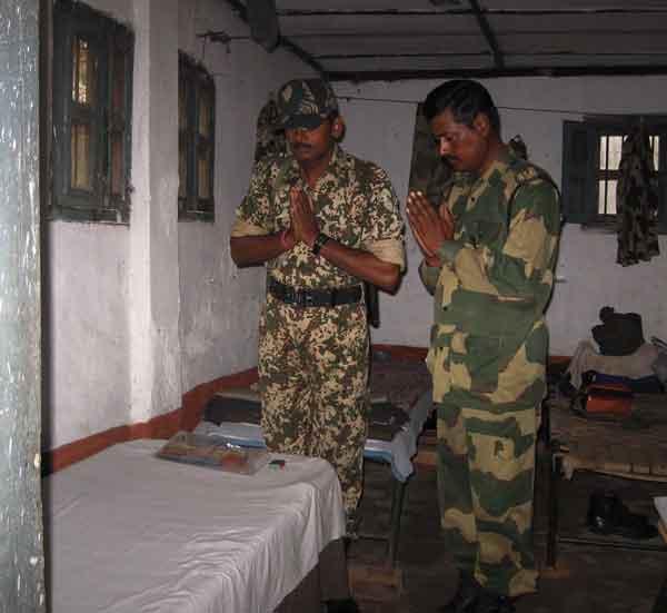 BSF_Border-Martyr_homage_cjkr8b মৃত্যুর পরেও এই ভারতীয় সৈনিকের আত্মা সীমান্তকে রক্ষা করছে। বীরত্বের অলৌকিক ঘটনাটি পড়লে আপনার গায়ে লোম দাঁড়িয়ে যাবে !! বিস্তারিত পড়ুন