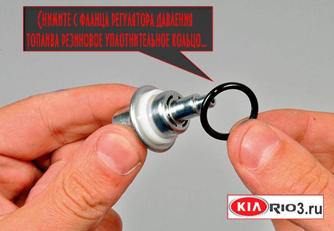Снимите уплотнительное кольцо с датчика давления