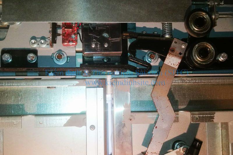 Kiểm tra thiết bị đóng mở cửa tầng thang máy