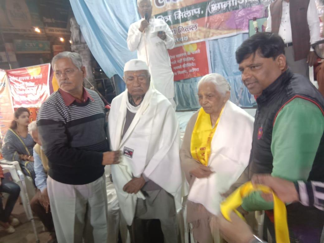 धूमधाम से मनाया गया करुणेश स्मृति होली मिलन समारोह: छह विभूतियों का हुआ सम्मान