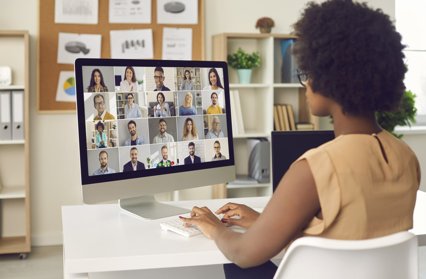 Manager working with remote team via webconferencing
