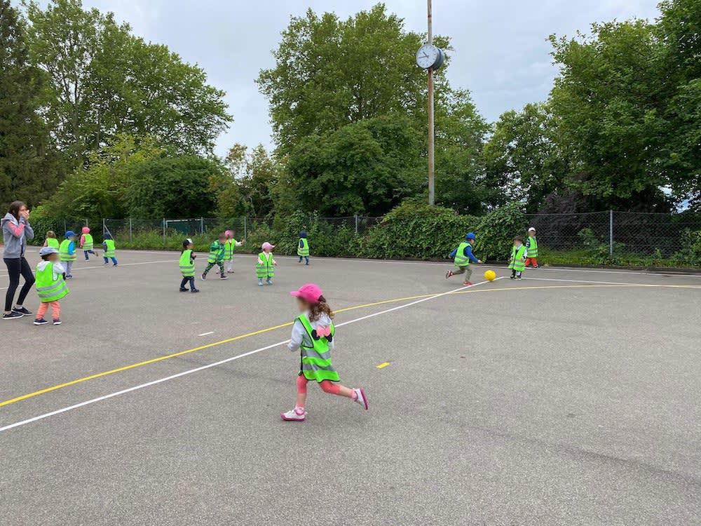 kinderkrippe und waldkinderkrippe bluemli - Fussballspielen