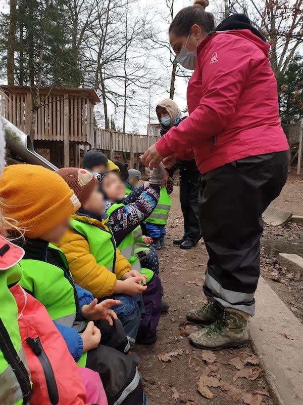 Wie fühlt sich Eis an? - Kinderkrippe und Waldkinderkrippe Blüemli in Zürich Witikon