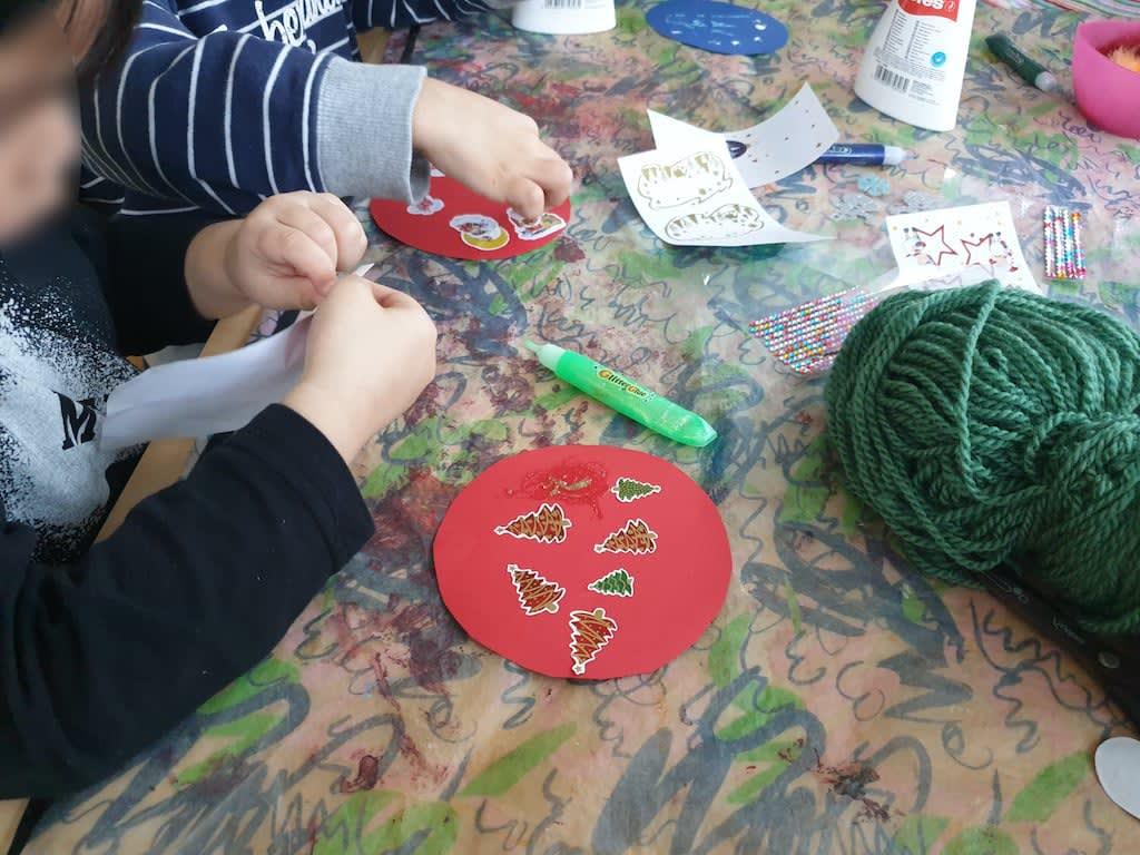 Schneekugel dekorieren Kinderkrippe und WaldkinderkrippeBlluemli in Zuerich Witikon