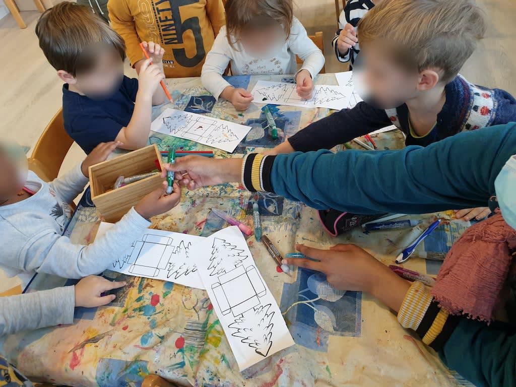 Tannenbaum Schachteln dekorieren Kinderkrippe und WaldkinderkrippeBlluemli in Zuerich Witikon