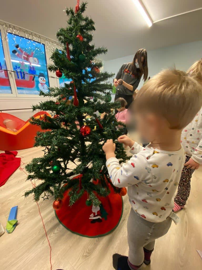 Weihnachtsbaum dekorieren Kinderkrippe und WaldkinderkrippeBlluemli in Zuerich Witikon