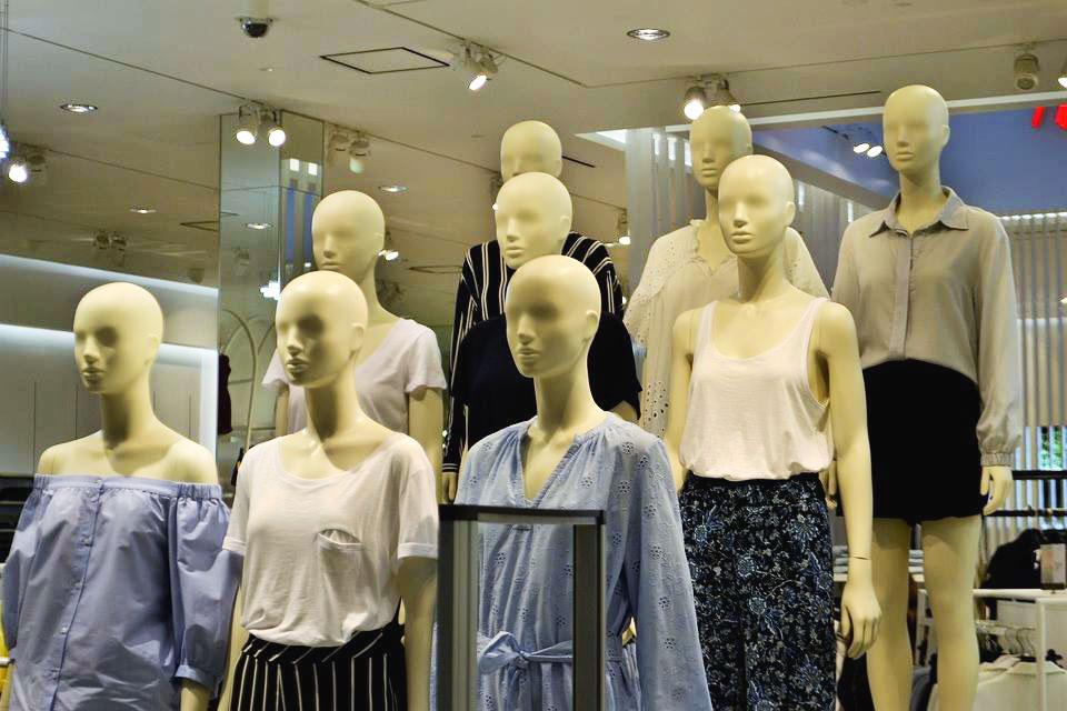 科見Online線上英日語-兒童英語-服飾店正在促銷