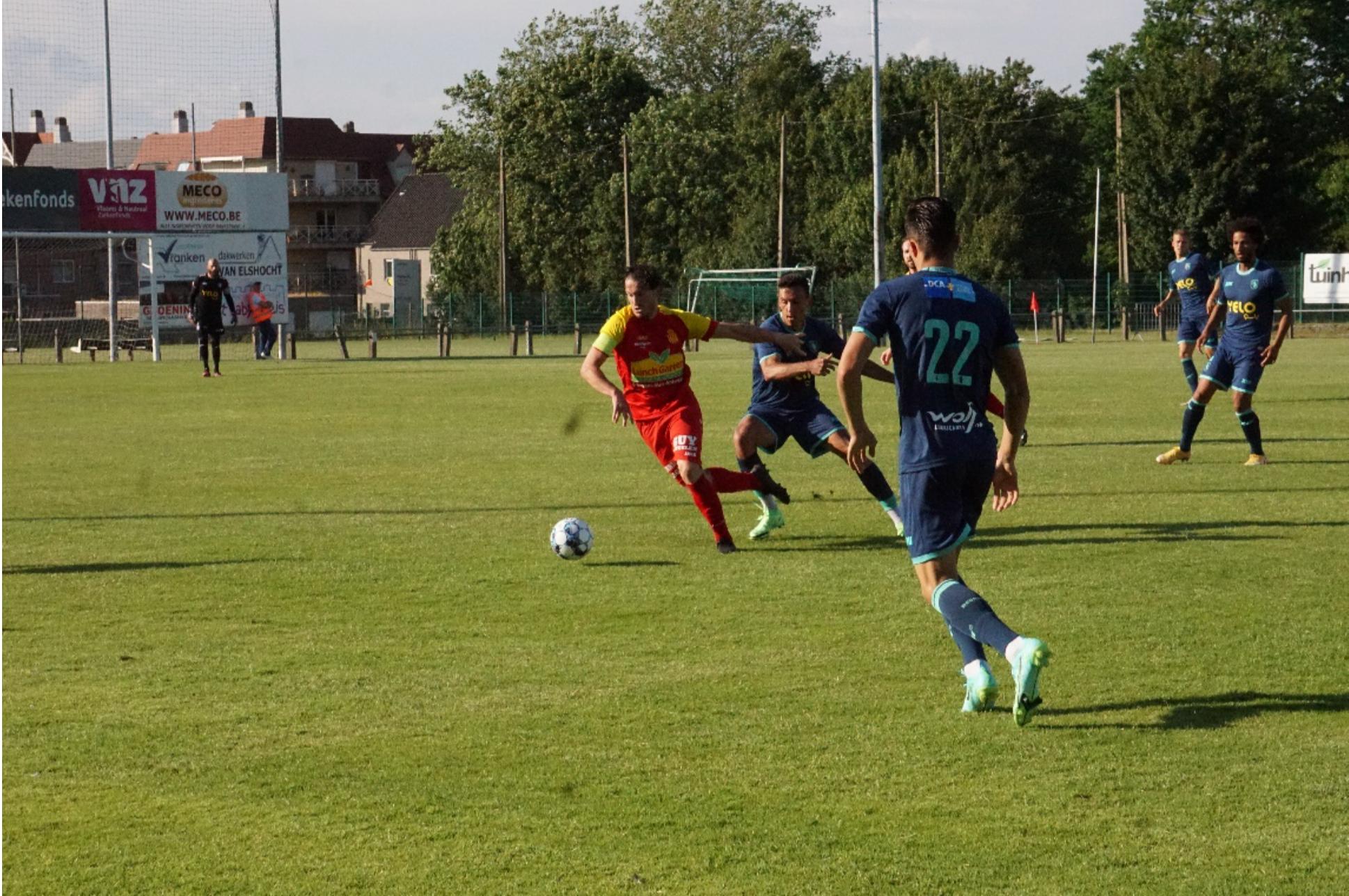 Kapitein Victor De Cock probeerde de aanval van K.Kontich.FC in goede banen te leiden op de counter. ©Janis Loret