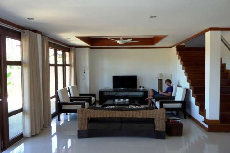 Shower of Sunshine - Large lounge / living area with satellite TV