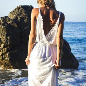 Confira dicas de como se vestir ao ser convidada para um casamento na praia