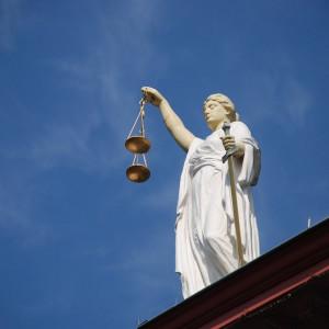 O síndico tem autonomia para mover ações legais sem comunicar os moradores?