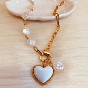 Colar Dourado com Pérolas e Coração resinado