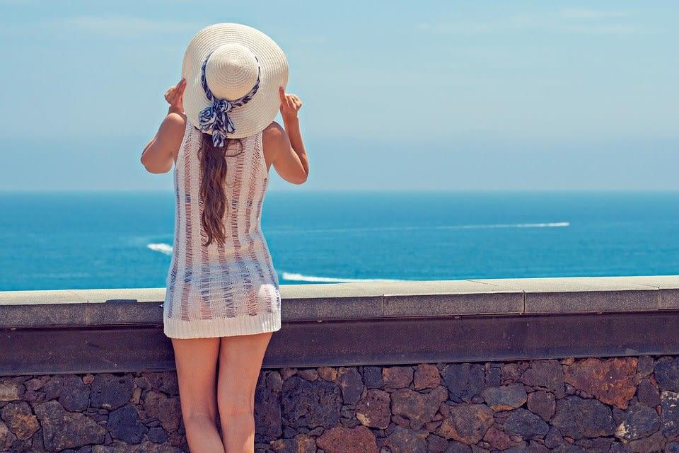 Saiba como compor um look cheio de estilo usando chapéu de praia