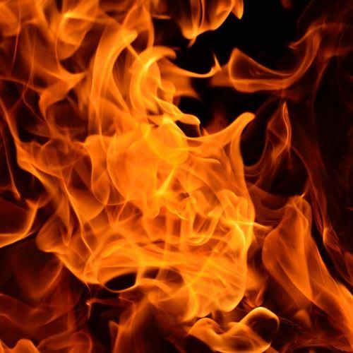 Carro pega fogo em garagem de prédio no Paraná