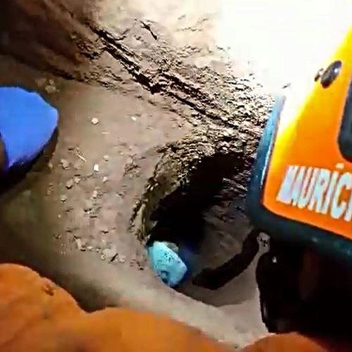 Criança cai em buraco de 2,5 metros de profundidade dentro de condomínio