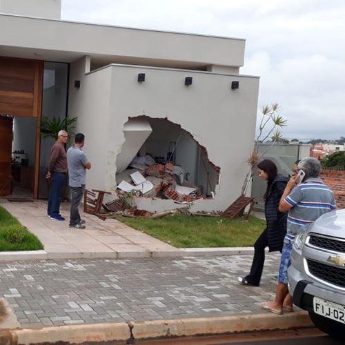 Caminhão desgovernado atinge casa em condomínio